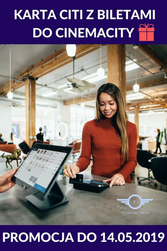 Kobieta płacąca kartą kredytową